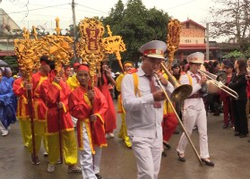 Colourful costumes and marching bands at the Ninh Giang Buddhist festival