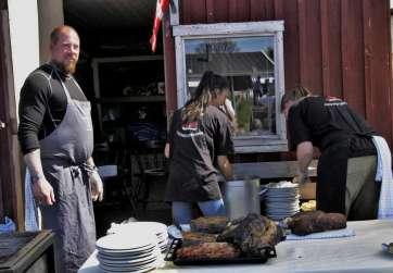 Kokken Kenneth, Jasmin og Camilla gør klar til servering