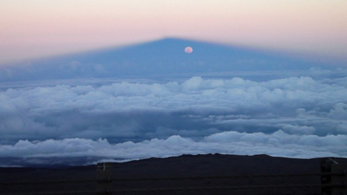 Maunakea and the full moon