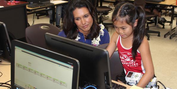 Congresswoman Tulsi Gabbard watches as a Holualoa Elementary School student gets her robot ready for a demonstration. (Hawaii 24/7 photo by Karin Stanton)