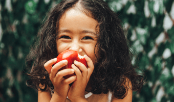 Eating apples with braces can cause serious damage to braces, specifically incisor brackets. Read our tips for enjoying without ruining your braces.