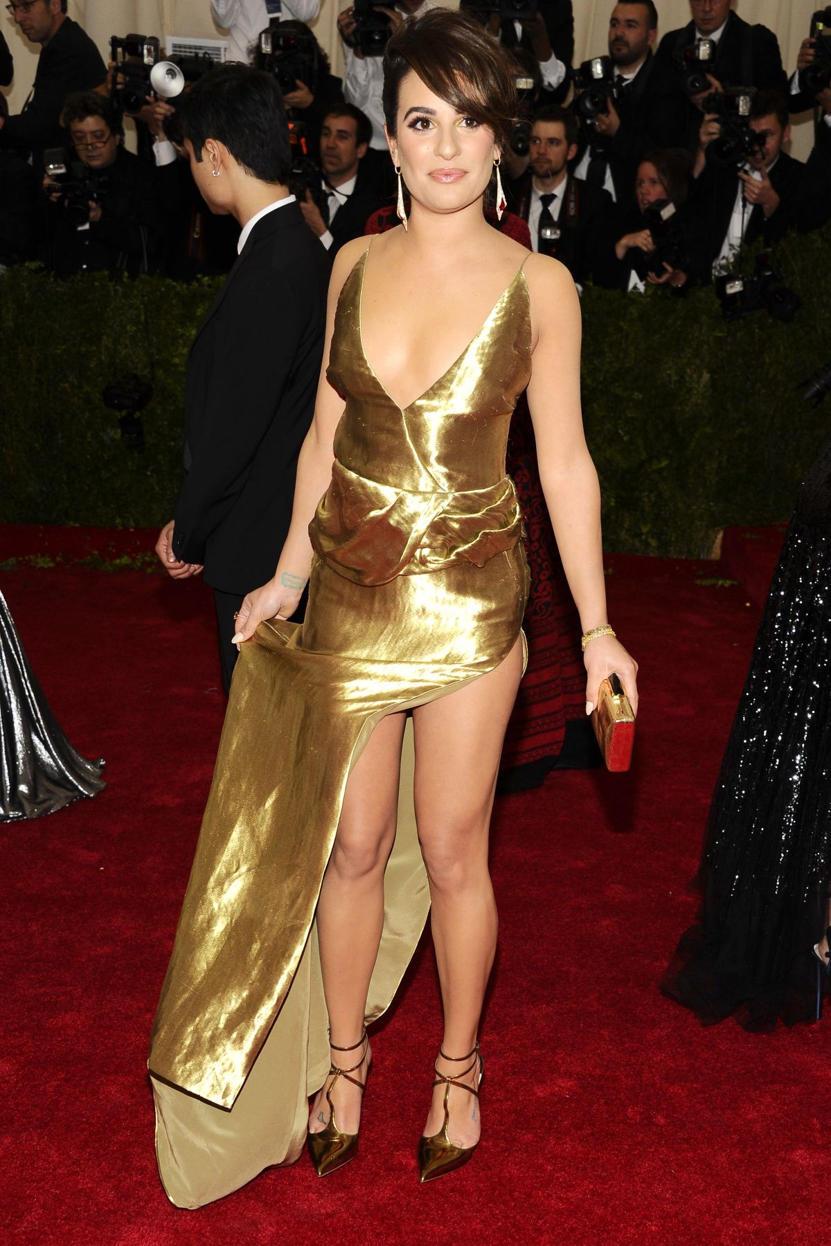 https://i0.wp.com/www.hawtcelebs.com/wp-content/uploads/2014/05/lea-michele-at-met-gala-2014-in-new-york_1.jpg