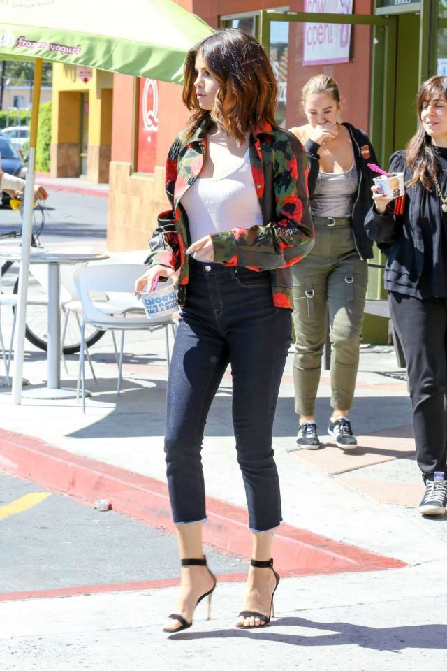 Selena Gomez In Tight Jeans At Menchies Frozen Yogurt In Los Angeles