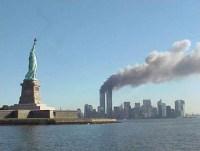 עשן מתמר מעל מגדלי התאומים ב-11 בספטמבר 2001. צילום: רשות הגנים הלאומיים האמריקנית. מתוך ויקיפדיה