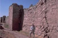 בתמונה רואים את השפעת החפירה הפרסית על חומות העיר (במבט מתוך  העיר). במהלך המצור כולו, הרומאים חיזקו את החומה בחול ואבנים.