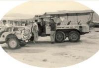 רכב השטח להסעת מטיילים של נאות הכיכר, לפני השטפון של 1965 במכתש רמון