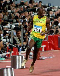 יוסיין בולט מיד לאחר נצחונו בתחרות הגמר באולימפיאדת בייג'ינג, אוגוסט 2008. מתוך ויקיפדיה