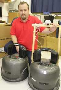 ד'ר גל קמינקא ויחידת הרובוטים, המחלקה למדעי המחשב, אוניברסיטת בר-אילן. צילום: יוני המנחם