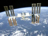 צילה של המעבורת אנדוור על קולטי השמש של תחנת החלל הבינלאומית זמן קצר לאחר התנתקות המעבורת מהתחנה, ב-28/7/2009