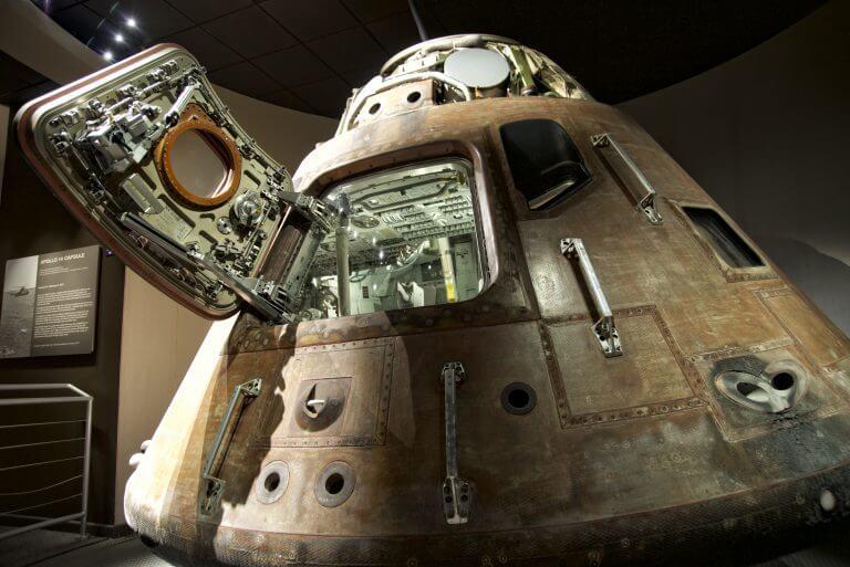 תא הנחיתה של החללית אפולו 13 כפי שצולם בשנת 2014 בתצוגה במרכז החלל קנדי בפלורידה. צילום: shutterstock