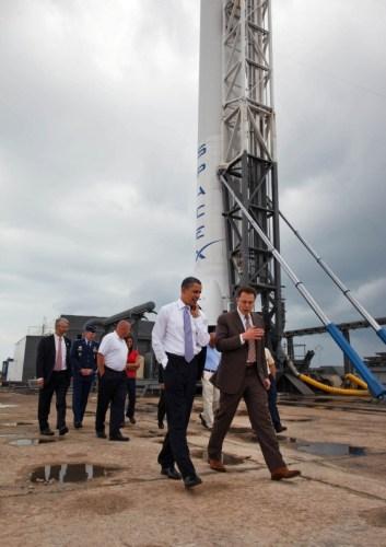 """הנשיא ברק אובמה מסייר במתחם טילים פרטי של חברת SpaceX במרכז החלל קנדי ב-15 באפריל 2010 כשהוא מלווה במנכ""""ל החברה, אילון מוסק . תצלום רשמי של הבית הלבן"""