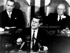 """קנדי נואם את """"נאום הירח"""" המפורסם ב 25 במאי 1961 ומכריז על כוונת ארה""""ב להגיע לירח"""