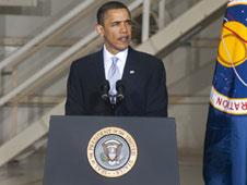 """ברק אובמה במרכז החלל קנדי, 15 באפריל 2010. צילום: נאס""""א"""
