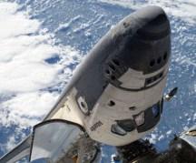 """כך נראתה מעבורת החלל אטלנטיס ממצלמתו של אחד מהולכי החלל ב-21 במאי 2010. צילום: נאס""""א"""