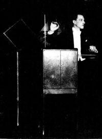 לאון טרמין מנגן במכשיר הנקרא על שמו