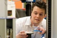 מדען במכון פרנהאופר בגרמניה בוחן את המימן מול חומרים שונים. צילום: מכון פרנהאופר