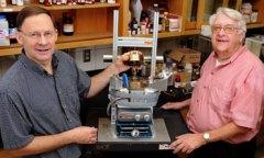 Ronald Holtan משמאל, ו Walter Trahanovsky – שניהם מ Iowa State University מצאו שיטה חדשה להכנת כימיקלים חשובים מביומסה במקום ממקורות נפט
