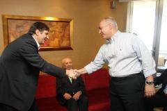 חמי פרס לוחץ את ידיו של חתן פרס נובל אנדרה גיים, וברקע - נשיא המדינה שמעון פרס. צילום: אילן לוי
