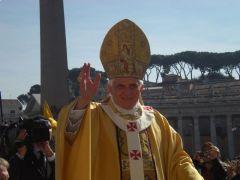 האפיפיור מברך מאמינים ברומא, 2008. צילום: wikimedia common. הצלם Rvin88 העלה בעצמו את התמונה לפי CREATIVE COMMON 3.0