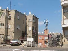 תחנת בסיס סלולארית שרופה בשכונת חליסה, חיפה. מתוך ויקיפדיה