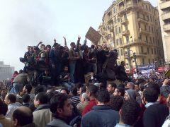 מפגינים מטפסים על רכב צבאי בכיכר תחריר, קהיר, במהפכת ינואר-פברואר 2011. צילום: רמי ראוף, מתוך WIKIMEDIA COMMONS
