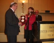 """לורי גארבר, סגנית ראש נאס""""א, מעניקה מתנה לשר המדע דניאל הרשקוביץ באירוע הפתיחה של כנס החלל 2011. צילום: אבי בליזובסקי"""