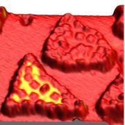 תמונת מקרוסקופ מינהור סורק של פרודות אורגניות. הצבעים השונים מייצגים כיוונים שונים של הספין. מקור: CFN
