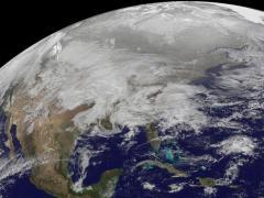 """ב-31 בינואר סופת חורף גדולה שטפה לאורך מרכז ארה""""ב והשאירה שובל של שלג מאריזונה ועד ויסקונסין. התמונה הוכנה על ידי מרכז טיסות החלל גודארד של נאס""""א מנתונים שצולמו בידי לוויני מזג האוויר של NOAA."""