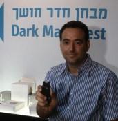 פרופ' אמיר עמדי מציג את המכשיר שיחליף את מקל ההליכה של העוורים