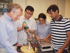 בהדגמה בקנה מידה קטן במעבדת אוניברסיטת מינסוטה הראו החוקרים כיצד החומר החדש שלהם יכול לייצר חשמל באופן כאשר הטמפרטורה עולה במעט. בתמונה, משמאל, פרופסור Richard D. James, הדוקטורנט Yintao Song והפוסט דוקטורנטים Bhatti Kanwal ו Vijay Srivastava