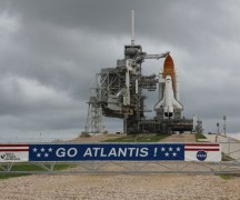 מעבורת החלל אטלנטיס ממתינה לשיגור על רקע השמים המעוננים. צילום: ken Kramer, Universe Today (C)