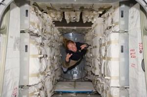 האסטרונאוטית סנדי מגנוס מרחפת בתוך מודול האיחסון רפאלו, לפני פריקת המטען והעברתו לתחנת החלל, משימה STS-135, יולי 2011