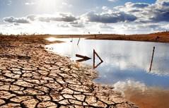 חלק מהמדינות התמודדו עם האתגר על ידי שאיבה ממקורות טבעיים של מים מתוקים.