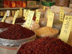 תבליני מרפא בשוק בסיאול. מתוך ויקיפדיה
