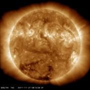"""חור בעטרת השמש, כפי שצילמה אתמול (27/11/2011) החללית SDO. נאס""""א מנטרת אחר אירועי 'מזג אוויר' חללי"""