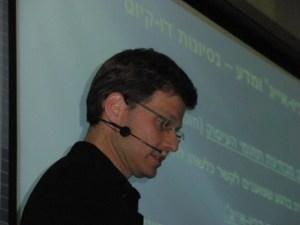 """גלעד דיאמנט בכנס האיומים על המדע והתבונה של אתר הידען, חמד""""ע, 2/11/2011. צילום: אבי בליזובסקי"""