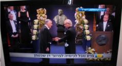 פרופ' דן שכטמן מקבל את פרס נובל לכימיה ממלך שבדיה, 10 בדצמבר 2011. צילום מסך: מתוך שידור ערוץ 1