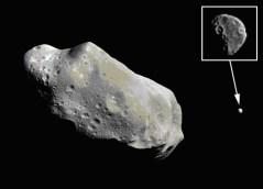 האסטרואיד אידה והירח שלו דקטיל, כפי שצולם בידי החללית גלילאו