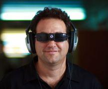 ד''ר אמיר עמדי מרכיב את המכשיר להתמרה חושית. צילום: האוניברסיטה העברית