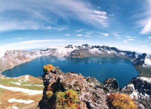 בריכת השמים - לוע הר הגעש באייטו שעל גבול סין צפון קוריאה. מתוך ויקיפדיה