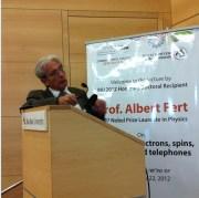 """פרופ' אלברט פרט, חתן פרס נובל לפיסיקה לשנת 2007, בהרצאה בבר-אילן עם קבלת תואר ד""""ר לשם כבוד, מאי 2012. צילום: אבי בליזובסקי"""