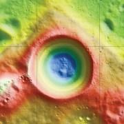 המחשה שנוצרה באמצעות נתוני מד הגובה של LRO מציגה מראה אפשרי של מכתש שקלטון בקוטב הדרומי של הירח.