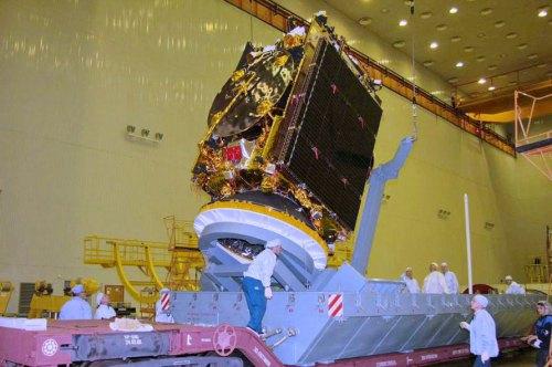 הלווין עמוס 5 בעת בנייתו במפעל ברוסיה. צילום: רוסקוסמוס, יוני 2012.