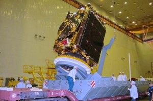 הלווין עמוס 5 בעת בנייתו במפעל ברוסיה. צילום: רוסקוסמוס