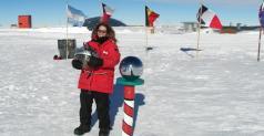 """ד""""ר הגר לנדסמן (פלס) בנקודת הקוטב הדרומי. צילום: מכון ויצמן"""