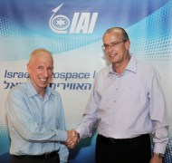 """דב בהרב יו""""ר דירקטוריון התע""""א (משמאל) לוחץ את ידו של יוסי וייס המנכ""""ל הנכנס של התע""""א. צילום: התעשיה האווירית"""