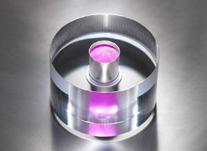 """מייזר (מכשיר להגברת גלי מיקרו ע""""י קרינה) במצב מוצק המסוגל לפעול בטמפרטורת החדר. צילום: המעבדת הפיזיקה הלאומית ומאוניברסיטת אימפריאל קולג' בלונדון"""
