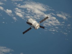 """""""ה-ATV-3 בעת הגיעה לתחנת החלל הבינלאומית, ב-28 במארס 2012. צילום: NASA TV"""