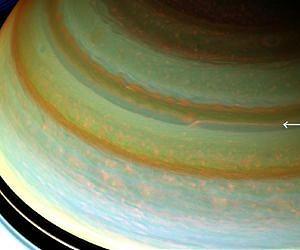 זרם הסילון בחצי הכדור הצפוני של שבתאי בצבעים מלאכותיים. צילום: החללית קאסיני של NASA