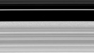"""תצלום PIA12794- במהלך סדרת תצלומים שנמשכה 9 שעות נצפתה השפה החיצונית של הטבעת. בוצעו 301 תצלומים. התברר כי השפה החיצונית נעה פנימה והחוצה באופן מורכב ואורך הגל של כל תנודה כזו מקצה לקצה הוא 200 ק""""מ."""